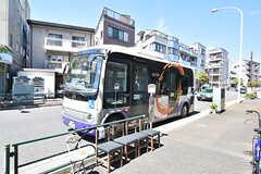 建物の目の前にコミュニティバスのバス停があります。JR・田端駅にアクセスできるバス停までは徒歩5分ほど。(2016-09-01,共用部,ENVIRONMENT,1F)