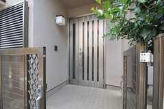 シェアハウスの正面玄関。(2013-04-12,周辺環境,ENTRANCE,1F)