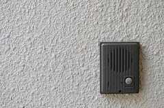 ドア脇にはインターホンが設置されています。(2013-04-12,周辺環境,ENTRANCE,1F)