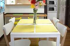テーブルにはチェアが4脚付いています。(2013-04-12,共用部,LIVINGROOM,2F)