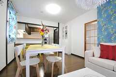 奥がキッチンです。右手の引き戸は103号室です。(2013-04-12,共用部,LIVINGROOM,2F)