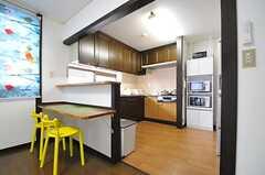 キッチンの手前にはカウンターが設けられています。(2013-04-12,共用部,KITCHEN,2F)