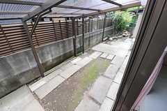 掃き出し窓の外は、自転車置き場です。(101号室)(2013-04-12,専有部,ROOM,1F)