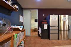 冷蔵庫の隣のドアは、パーティルームです。(2019-03-17,共用部,KITCHEN,-1F)