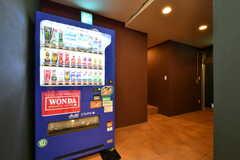 廊下には自動販売機が設置されています。右手は水まわり設備です。(2019-03-17,共用部,OTHER,-1F)
