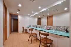 洗面台の鏡は天井まで届く大きなサイズ。モザイクタイルも、いいアクセントになっています。(2019-03-17,共用部,WASHSTAND,-1F)