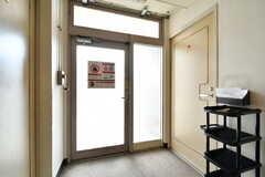 廊下の突き当りのドアからも出入りが可能です。(2019-03-17,共用部,OTHER,1F)