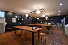 照明の高さはランダムに配置されています。テーブルの足はアイアン製です。(2020-02-04,共用部,LIVINGROOM,-1F)