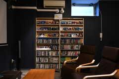 シアタールームには400本以上のDVDが用意されていて、入居者は自由に観ることができます。(2020-02-04,共用部,OTHER,-1F)