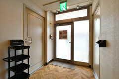 廊下の突き当りのドアからも出入りが可能です。(2020-02-04,共用部,OTHER,1F)