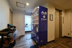 廊下には自動販売機が設置されています。奥はミニキッチンです。(2020-02-04,共用部,OTHER,2F)