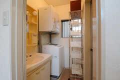 水まわり設備の様子。洗面台の対面にバスルームがあります。(2014-10-25,共用部,OTHER,1F)