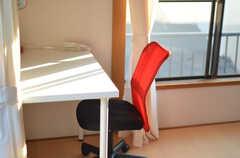 各部屋にはチェアとデスクが用意されています。(201号室)(2014-10-25,専有部,ROOM,2F)