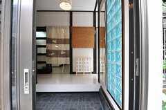 正面玄関から見た内部の様子。正面の暖簾の先がダイニングです。(2013-06-24,周辺環境,ENTRANCE,1F)