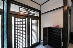 内部から見た玄関周辺の様子。靴箱は部屋ごとに使えるスペースが決まっています。(2013-06-24,周辺環境,ENTRANCE,1F)
