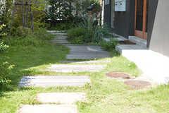 玄関へのアプローチ。(2016-08-25,周辺環境,ENTRANCE,1F)