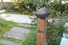 オーナーさんの知人に作ってもらった彫刻「木の実」。(2016-08-25,周辺環境,ENTRANCE,1F)