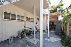 各部屋の玄関前には自転車が置けます。(2016-08-25,共用部,OTHER,1F)