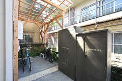 屋根付きの駐輪スペースもあります。隣の倉庫には畑仕事に使う道具が入っています。(2016-08-25,共用部,GARAGE,1F)