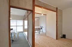 専有部の様子。以前はオフィスとして使われていましたが、現在は居室になっています。家具は付きません。(102号室)(2015-06-02,専有部,ROOM,1F)