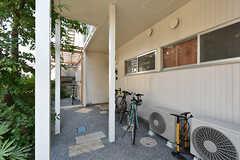 3号室と4号室のある玄関前の様子。奥に屋根付きの駐輪スペースがあります。(2016-08-25,共用部,OTHER,1F)