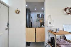 キッチンの入口には両開きのドアが設けられています。(2017-06-12,共用部,KITCHEN,1F)