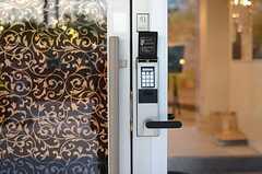 ドアの鍵はナンバー式のオートロック。(2014-10-16,周辺環境,ENTRANCE,1F)