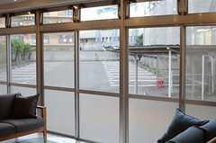 窓の先は駐輪場・駐車場です。(2014-10-16,共用部,LIVINGROOM,1F)