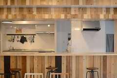 ラウンジ側から見たキッチンの様子。(2014-10-16,共用部,KITCHEN,1F)