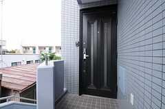 シェアハウスの玄関ドアの様子。(2013-05-28,周辺環境,ENTRANCE,4F)