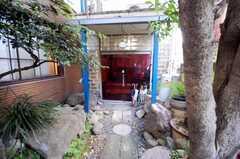 シェアハウスの正面玄関。(2008-05-15,共用部,OUTLOOK,1F)