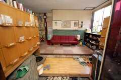 シェアハウスの正面玄関から見た内部の様子。靴箱の下の和風の水槽には金魚が泳いでいる。(2008-05-15,周辺環境,ENTRANCE,1F)