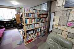 本棚の書籍は洋書が並ぶ。外国人が多い。(2008-05-15,共用部,OTHER,1F)