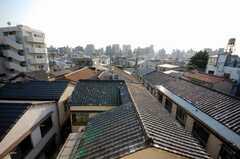 専有部の様子。周囲に高い建物はなく見晴らしが良い。下町らしく瓦屋根が並ぶ。(204号室)(2008-05-15,専有部,ROOM,2F)