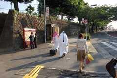 JR各線日暮里駅からシェアハウスへ向かう道の様子。観光地としても人気がある土地柄で、ドバイの空港とホテルでしか見た事が無いレアな方を発見。(2008-05-15,共用部,ENVIRONMENT,1F)