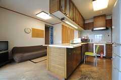 窓側から見たリビングとキッチンの様子。(2014-06-12,共用部,LIVINGROOM,7F)