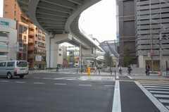 JR各線日暮里駅からシェアハウスへ向かう道の様子。モノレールが開通している。(2008-05-15,共用部,ENVIRONMENT,1F)
