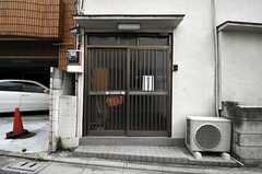 シェアハウスの正面玄関。引き戸です。(2011-06-10,周辺環境,ENTRANCE,1F)