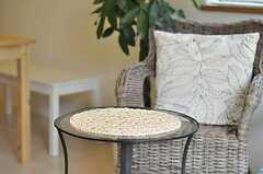 チェアの前には、ガラスのカフェテーブル。(2011-10-13,共用部,LIVINGROOM,2F)