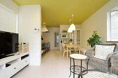 リビングの様子4。奥にダイニングスペース、キッチンがあります。(2011-10-13,共用部,LIVINGROOM,2F)