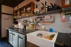 キッチン周辺の様子。食器類は吊り戸棚に収納します。(2015-09-29,共用部,KITCHEN,1F)