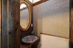 リビング脇の洗面台。陶器のボウルです。対面にトイレがあります。(2015-08-31,共用部,OTHER,1F)