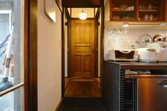 キッチン奥に3部屋あります。段差を上って左手が105、正面が104、右手が103号室です。(2008-12-15,共用部,OTHER,1F)