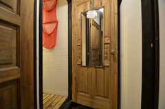 ドアの裏には鏡が取り付けられています。(2015-08-31,共用部,BATH,2F)