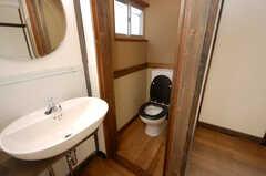 専有部の様子3。洗面台とトイレ。(201号室)(2008-12-15,専有部,ROOM,2F)