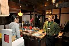 関係者向けのお披露目イベントの様子7。オーナーさんには数多くの質問が投げ掛けられた。(2009-01-07,共用部,PARTY,1F)