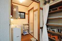 玄関脇に水回り設備が集約されています。脱衣室はアコーディオンカーテンで仕切ります。(2013-09-17,共用部,OTHER,1F)