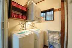 脱衣室に設置された洗濯機と乾燥機の様子。乾燥機の脇に、洗剤などを置くことのできるスペースがあります。(2013-09-17,共用部,LAUNDRY,1F)