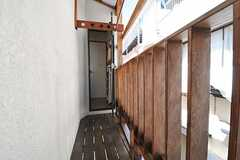 ベランダの様子2。屋根付きなので雨の日でも洗濯物が干せます。(2013-09-17,共用部,OTHER,2F)