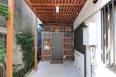 シェアハウスの正面玄関。(2012-10-16,周辺環境,ENTRANCE,1F)